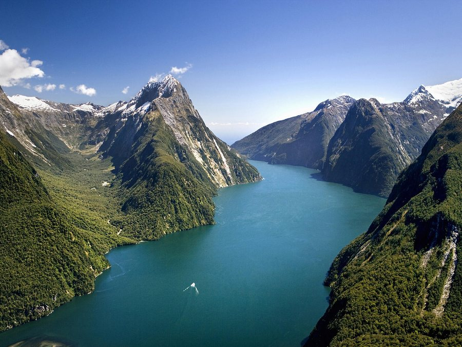 TURQUOISE GREEN WATER AND THE MILFORD SOUND, NEW ZEALAND