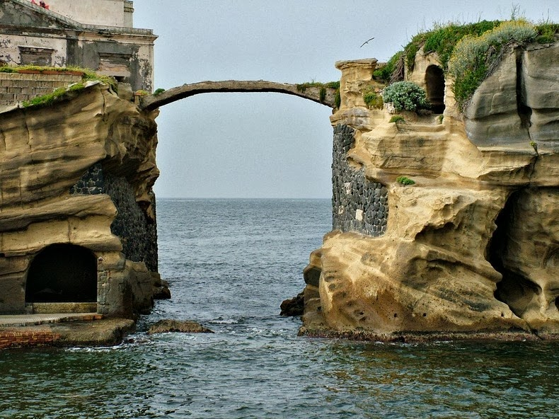 CLOSER LOOK AT THE GAIOLA BRIDGE, ITALY