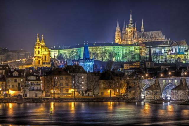 PRAGUE CASTLE BESIDE CHARLES BRIDGE
