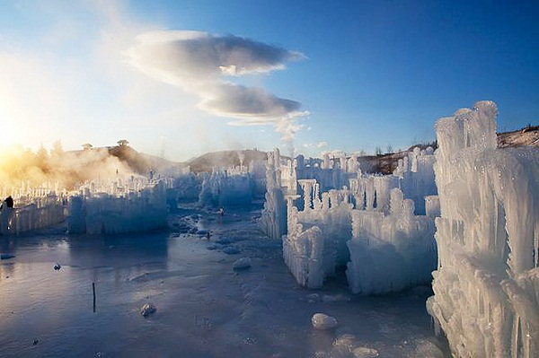 STRUCTURES OF ICE CASTLES IN SILVERTHORNE