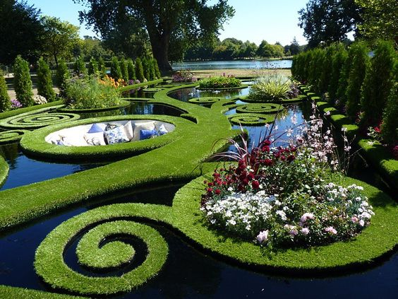 SUNKEN ALCOVE GARDEN IN NEW ZEALAND