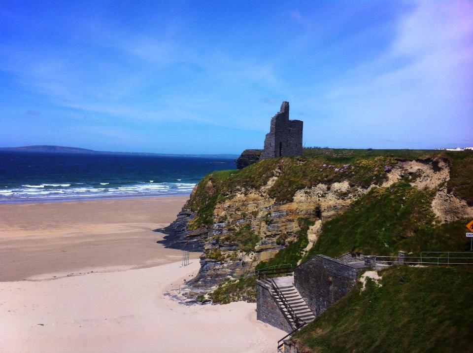 THE BEACH OF THE BALLYBUNION CASTLE IRELAND